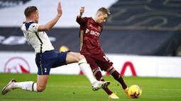 Pemain Tottenham Hotspur, Toby Alderweireld, berusaha menghadang tendangan pemain Leeds United, Ezgjan Alioski, pada laga liga Inggris di London, Sabtu (2/1/2021). Spurs menang dengan skor 3-0. (AP/Ian Walton, Pool)