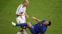 Pada Piala Dunia 2006, Zinedine Zidane pernah melakukan tindakan kontroversial dengan menyundul pemain Italia, Marco Materazzi, saat laga final Piala Dunia di Jerman. (AFP/John Macdougall)