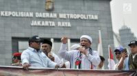Massa yang tergabung dalam Persaudaraan Alumni (PA) 212 berorasi di depan Mapolda Metro Jaya, Jakarta, Rabu (10/10). Aksi ini digelar untuk mengawal pemeriksaan terhadap Amien Rais. (Merdeka.com/Iqbal Nugroho)