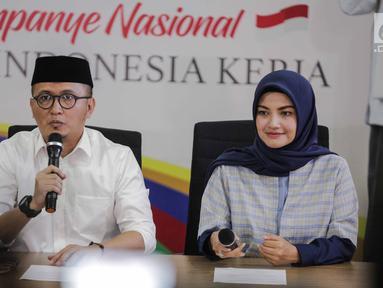 Direktur Konten TKN Jokowi-Ma'ruf Amin, Fiki Satari (kiri) memberikan keterangan terkait OTT KPK terhadap Ketum PPP Romahurmuziy, Jakarta, Jumat (15/3). Menurut Fiki, kasus Romahurmuziy adalah murni kasus pribadi. (Liputan6.com/Faizal Fanani)