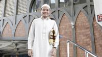 Evan Dimas mengenakan baju koko putih saat melaksanakan salat Jumat di  Masjid Islamic Center Valdesam, Bangkok, Jumat (16/11/2018). (Bola.com/Muhammad Iqbal Ichsan)