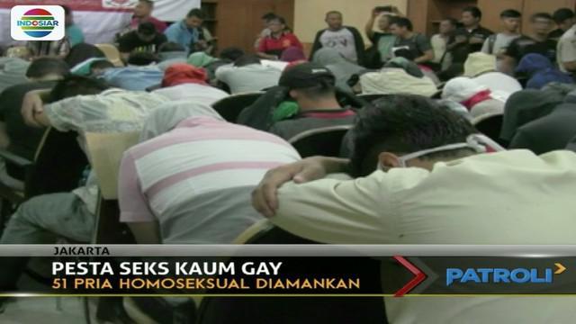 Sebanyak 51 pria penyuka sesama jenis tertunduk saat gelar perkara di Polres Jakarta Pusat.