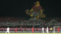 Suporter Timnas Indonesia menampilkan koreo Garuda saat melawan Vietnam pada laga Kualifikasi Piala Dunia 2022 di Stadion Kapten I Wayan Dipta, Bali, Selasa (15/10). Indonesia kalah 1-3 dari Vietnam. (AFP/Aditya Wany)