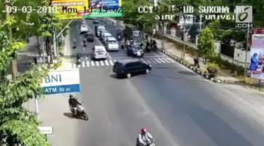 Beredar rekaman CCTV detik-detiks sebuah mobil melaju kencang tabrak pagar sekolah.