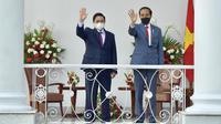 Presiden Joko Widodo (kanan) dan Perdana Menteri (PM) Vietnam Pham Minh Chinh melambaikan tangan di Istana Kepresidenan Bogor, Jawa Barat, Jumat (23/4/2021). Jokowi menggelar pertemuan bilateral dengan PM Pham Minh Chinh untuk membahas kerja sama antara kedua negara. (FOTO: Biro Pers Kepresidenan)