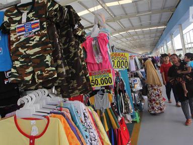 Pengunjung melihat pakaian di Skybridge Tanah Abang, Jakarta, Jumat (4/1). Pemerintah menargetkan Penyaluran kredit usaha (KUR) untuk 2019 ditetapkan sebesar Rp 140 triliun. (Liputan6.com/Angga Yuniar)