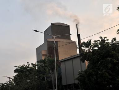 Kepulan asap keluar dari cerobong salah satu pabrik di kawasan Industri Pulogadung, Jakarta Timur, Rabu (31/7/2019). Selain gas buang kendaraan, limbah asap pabrik merupakan salah satu sumber polutan yang menambah buruknya kualitas udara di ibu kota. (merdeka.com/Iqbal S Nugroho)