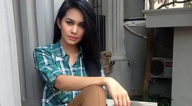 Terungkapnya kasus prostitusi online lewat penangkapan mucikari RA, tak hanya menyeret artis cantik tanah air berinisial AA. Tapi juga menarik nama salah satu artis seksi, yaitu Kartika Putri.