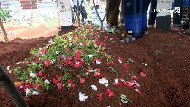 Kecelakaan mobil pikap yang terbalik di Tangerang menelan korban jiwa. Salah satu korban dimakamkan hari ini dengan iringan isak tangis keluarga.