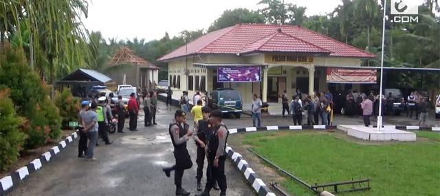 Polisi telah menangkap pelaku penyerangan 2 anggota Mapolsek Muara Sebo Jambi. Kedua petugas polisi ini mengalami luka dan dirawat di Rumah Sakit Bhayangkara