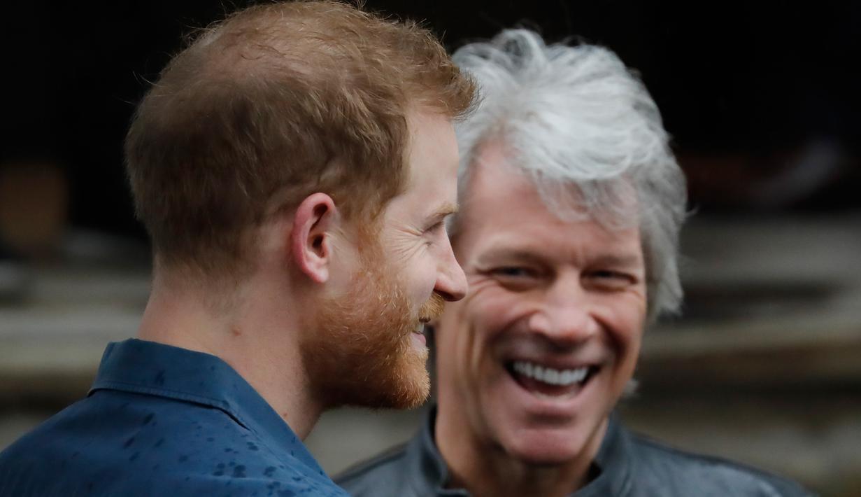 Pangeran Harry (kiri) berbincang dengan penyanyi AS, Jon Bon Jovi setibanya di Abbey Road Studios, London, Jumat (28/2/2020). Pentolan Bon Jovi dan Pangeran Harry akan bertemu dengan paduan suara Invictus Games untuk merekam lagu untuk amal. (Tolga AKMEN / AFP)