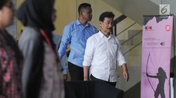 Bupati Solok Selatan Muzni Zakaria (kanan) usai menjalani pemeriksaan di Gedung KPK, Jakarta, Kamis (5/9/2019). Muzni Zakaria diperiksa sebagai tersangka terkait kasus dugaan korupsi pengadaan barang dan jasa di Kabupaten Solok Selatan. (merdeka.com/Dwi Narwoko)