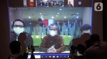 Mantan Dirut PT Garuda Indonesia, Emirsyah Satar didampingi kuasa hukumnya mendengarkan Majelis Hakim membacakan vonis saat sidang vidco di Gedung KPK, Jakarta, Jumat(8/5/2020). (merdeka.com/Dwi Narwoko)