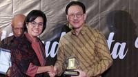 Menteri Keuangan Sri Mulyani memberikan apresiasi dan penghargaan kepada President Commissioner EMTEK Eddy Kusnadi Sariaatmadja di Kantor Pajak Kanwil DJP Jakarta Rabu (13/3).