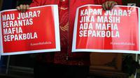 Perwakilan Indonesia Football Community menunjukkan pamflet sebelum audiensi dengan Satgas Anti Mafia Bola di Polda Metro Jaya, Jakarta, Jumat (28/12). Indonesia Football Community mendukung Polri memberantas mafia bola. (Liputan6.com/JohanTallo)