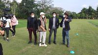 Atta Halilintar dan Putra Siregar hadir di tengah-tengah skuad Putra Safin Grup (PSG) Pati dalam uji coba melawan Borneo FC di lapangan Yogyakarta Internasional School (YIS), Sleman, Senin (31/5/2021). (Dok PSG Pati)