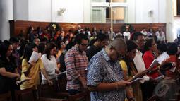 Jemaat Gereja Immanuel Jakarta terlihat khusyuk menjalani ibadah misa Natal tahun 2014, Rabu (24/12/2014). (Liputan6.com/Faizal Fanani)