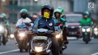 Pengendara sepeda motor mengenakan masker saat berkendara di Jakarta, Kamis (4/7/2019). Organisasi lingkungan Greenpeace menyatakan kualitas udara Jakarta saat ini terpantau sangat tidak sehat dengan angka 165 AQI atau Indeks Kualitas Udara. (merdeka.com/Imam Buhori)