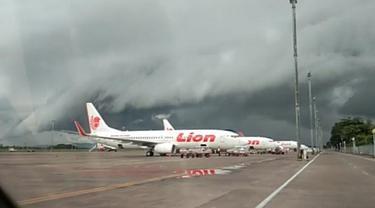 Fenomena awan menyerupai geombang ombak hiasi langit kawasan Bandara Internasional Hasanuddin Makassar (Liputan6.com/ Eka Hakim)
