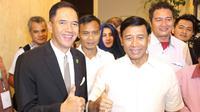 Ketua Umum PBSI 2016-2020, Wiranto (kanan), yang terpilih Senin (31/10/2016), diharapkan melakukan sejumlah perubahan pada bulutangkis Indonesia. (Bola.com/Fahrizal Arnas)