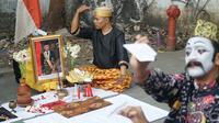 Sejumlah seniman Bandung mengenang wafatnya BJ Habibie dengan penampilan seni di pinggir jalan. (Liputan6.com/Huyogo Simbolon)