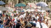 Ribuan pengunjung nampak menyemut dalam pembukaan pasar digital wisata di kawasan Kampung Puloa, area Cagar Budaya Candi Cangkuang, Leles, Garut, Jawa Barat (Liputan6.com/Jayadi Supriadin)