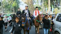 Wali Kota Bogor Bima Arya dan Gubernur DKI Anies Baswedan menunggangi kuda dalam acara helaran seni budaya nusantara di Kota Bogor. (Achmad Sudarno)
