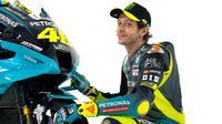 Valentino Rossi berfoto bersama motor Yamaha YZR-M1 yang dipakainya di tim Petronas Yamaha SRT untuk MotoGP 2021. (Petronas Yamaha SRT)