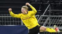 Pemain Borussia Dortmund Erling Haaland melakukan selebrasi usai mencetak gol ke gawang Sevilla FC pada pertandingan leg kedua babak 16 besar Liga Champions di Dortmund, Jerman, Selasa (9/3/2021). Laga berakhir imbang 2-2. (Bernd Thissen/Pool via AP)