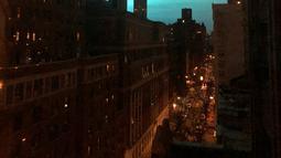 Cahaya biru di atas langit malam New York terlihat dari Manhattan Brough, Kamis (27/12). Ledakan yang cahayanya menerangi langit New York itu diketahui berasal trafo listrik perusahaan Con Edison di Astoria, distrik Queens.  (AP/Jay Reeves)