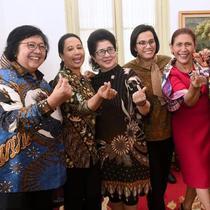 Susi Pudjiastuti dan para menteri Kabinet Kerja periode 2014-2019 di akhir masa jabatan. (dok. Twitter/@susipudjiastuti/https://twitter.com/susipudjiastuti/Putu Elmira)