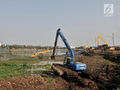 Pekerja Dinas Sumber Daya Air Jaktim menggunakan alat berat mengeruk lumpur di Kanal Banjir Timur (KBT), Jakarta, Rabu (3/10). Pengerukan dilakukan guna membersihkan aliran kali dari lumpur yang mengendap dan tanaman liar. (Merdeka.com/Iqbal S. Nugroho)