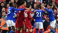 Striker Leicester, Ayoze Perez, bersitegang dengan gelandang Liverpool, Andrew Robertson, pada laga Premier League di Stadion Anfield, Liverpool, Sabtu (5/10). Liverpool menang 2-1 atas Leicester. (AFP/Paul Ellis)