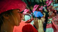Seorang wanita mencicipi segelas anggur mawar Spanyol untuk mempromosikan minuman tersebut di Pamplona, Spanyol, Sabtu (19/5). Anggur mawar Spanyol merupakan minuman khas wilayah tersebut. (AP Photo/Alvaro Barrientos)