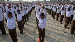 Ribuan orang yang tergabung dalam sukarelawan nasionalis Hindu Rashtriya Swayamsevak Sangh (RSS) melakukan yoga massal di Gauhati, India (21/1). Yoga massal ini diikuti lebaih dari tiga puluh ribu sukarelawan. (AP Photo / Anupam Nath)