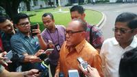 Ical tiba di Istana pukul 13.45 WIB, dan langsung menuju Istana Merdeka untuk menemui Presiden Jokowi. (Luqman Rimadi/Liputan6.com)