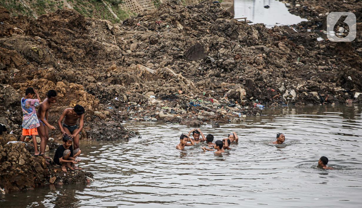 Anak-anak bermain di Sungai Ciliwung yang surut di kawasan Bukit Duri, Jakarta, Sabtu (8/8/2020). Penyusutan debit air Sungai Ciliwung tersebut karena memasuki masa kemarau 2020 yang menurut BMKG akan mencapai puncaknya pada Agustus. (Liputan6.com/Faizal Fanani)