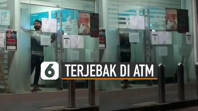 Reaksi bingung dan panik ditunjukkan oleh pria ini yang terjebak di ruang ATM karena sudah melebihi batas jam yang berlaku.