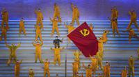 Penampil berpakaian sebagai responden pertama dalam perang melawan pandemi COVID-19 saat pertunjukan gala menjelang peringatan 100 tahun berdirinya Partai Komunis China di Beijing, China, 28 Juni 2021. Partai Komunis China akan merayakan HUT ke-100 pada 1 Juli 2021. (AP Photo/Ng Han Guan)