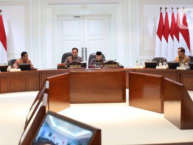 Presiden Joko Widodo (keempat kiri) didampingi Wakil Presiden Ma'ruf Amin (ketiga kanan) memimpin rapat terbatas di Kantor Presiden, Jakarta Kamis (9/1/2020). Rapat kabinet terbatas tersebut membahas tentang penanganan kasus kekerasan terhadap anak. (Liputan6.com/Angga Yuniar)