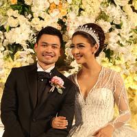 Nabila Syakieb tampak sangat cantik mengenakan gaun pengantin panjang berwarna putih layaknya seorang puteri. Di sampingnya sang suami pun tampil gagah dan tampan dengan jas pengantin berwarna hitam. (Fathan Rangkuti/Bintang.com)