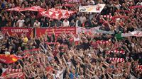 Suporter Liverpool bersorak saat tim kesayangannya bertanding melawan AS Roma pada leg kedua semifinal Liga Champions di Stadion Olimpiade, Roma (2/5). Liverpool melaju ke final usai menang agregat 7-6 atas Roma. (AFP Photo/Paul Ellis)