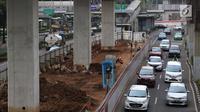 Kendaraan melintas di samping proyek LRT Jabodebek di jalan HR Rasuna Said, Jakarta, Sabtu (26/5). Sistem ganjil-genap yang diterapkan di sejumlah ruas jalan saat Asian Games 2018 mulai diuji coba pada awal Juli. (Liputan6.com/Immanuel Antonius)