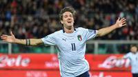 Gelandang Italia, Nicolo Zaniolo, merayakan gol yang dicetaknya gawang Armenia pada laga Kualifikasi Piala Eropa 2020 di Stadion Renzo Barbera, Palermo, Senin (18/11). Italia menang 9-1 atas Armenia. (AFP/Andreas Solaro)