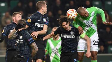Pertarungan sengit tersaji di leg pertama babak 16 Liga Europa antara Wolfsburg dengan Inter Milan di Stadion Volkswagen Arena, Jumat (13/3/2015). Wolfsburg menang 3-1 atas Inter Milan. (Reuters/Fabian Bimmer)