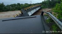 Jembatan penghubung desa di Kecamatan Manuju Kabupaten Gowa, Sulsel ambruk akibat derasnya air sungai Je'ne Lata (Liputan6.com/ Eka Hakim)