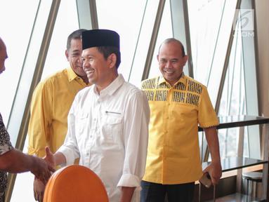 Ketua DPD Partai Golkar Jawa Barat Dedi Mulyadi disambut kader Golkar setibanya di Bakrie Tower Kuningan, Jakarta, Jumat (29/9). Kedatangan Dedi Mulyadi untuk menghadap ke Ketua Dewan Pembina Golkar Aburizal Bakrie. (Liputan6.com/Faizal Fanani)