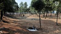 PMKS terlihat tidur di salah satu sisi Taman Jatinegara, Jakarta, Senin (16/9/2019). Kondisi ini membuat taman tersebut sepi pengunjung karena lebih banyak dihuni oleh PMKS dan pengamen. (merdeka.com/Iqbal S. Nugroho)