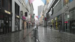 Sejumlah toko tampak tutup di sebuah kawasan perbelanjaan di Brussel, Belgia (2/11/2020). Berdasarkan aturan itu, semua bisnis nonesensial harus ditutup, sementara toko makanan dan supermarket dapat tetap beroperasi. (Xinhua/Zheng Huansong)