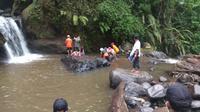 Tim SAR Gabungan mencari tiga siswa sekolah dasar yang tenggelam di kawasan wisata Coban Talun, Kota Batu, Jawa Timur (BPBD Kota Batu)